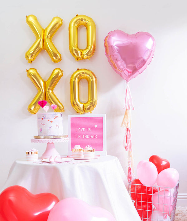 Momo party Valentine's Day Mini Kit with Xoxo foil balloons,Pink Heart Foil balloon, Heart Shaped Latex balloons, Meri meri Blushing Heart plates, Pale pink side plates for Valentine's Day and Galentine's Day celebration