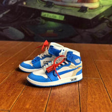 Load image into Gallery viewer, Porte-clés sneakers 3D : Air Jordan 1 x Off White - UNCSneakers Wall Star- accessoires sneakers addict