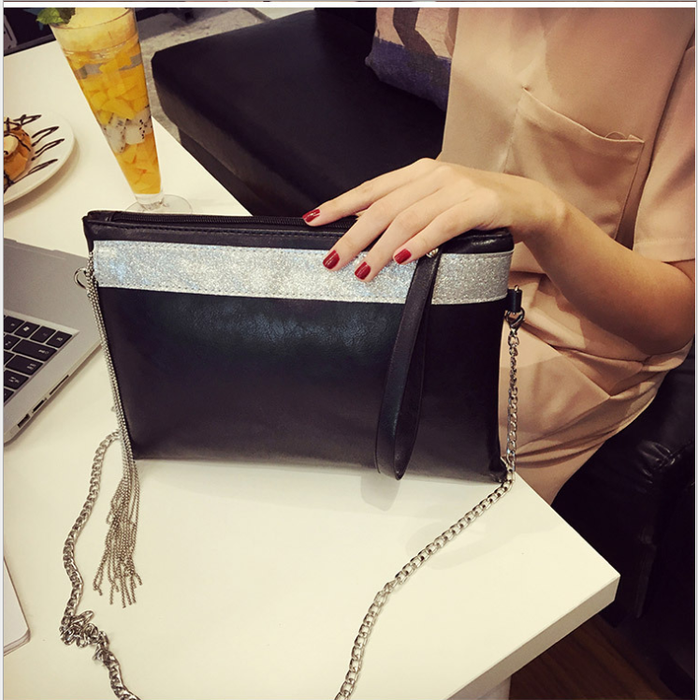 Andy liu, the star of the ode to joy, grabbed the bag with a bag of Korean  tassel