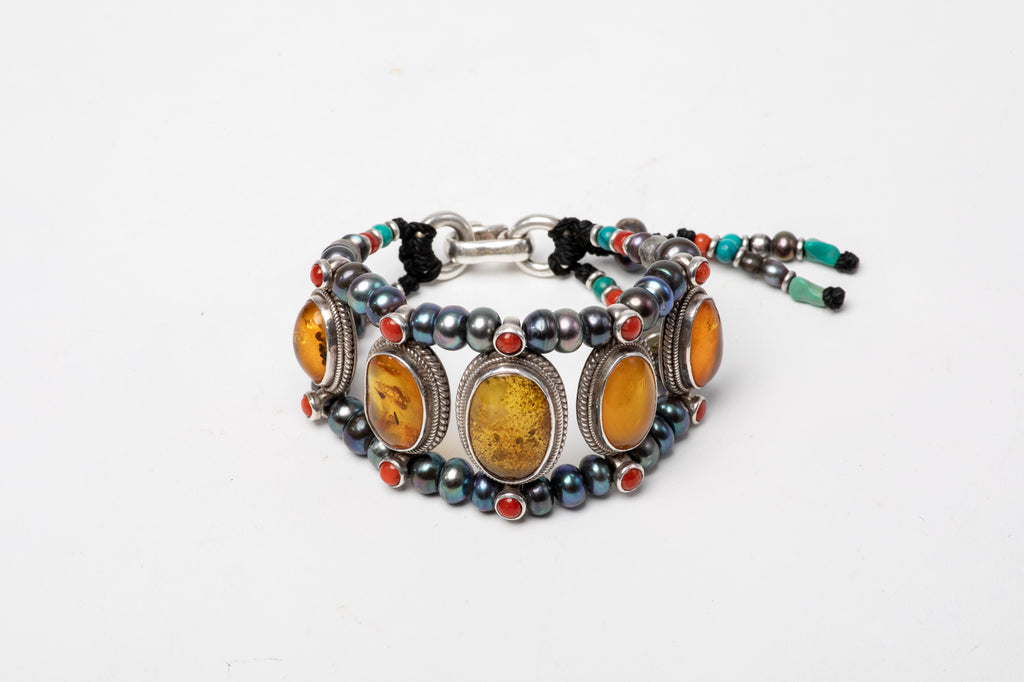Honey amber setting bracelet with black pearl