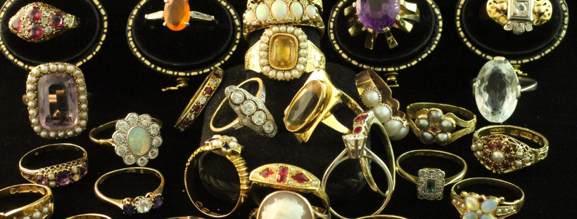 Antique jewelry and vintage jewelry at The Antique Ring Shop in Amsterdam
