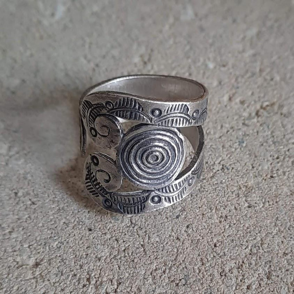 Tribal Hill Spiral Leave Engraved Ring