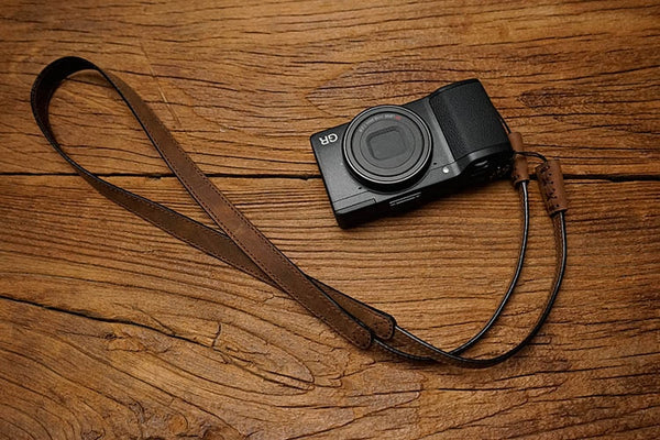 Pleat leather camera strap in horse color tones
