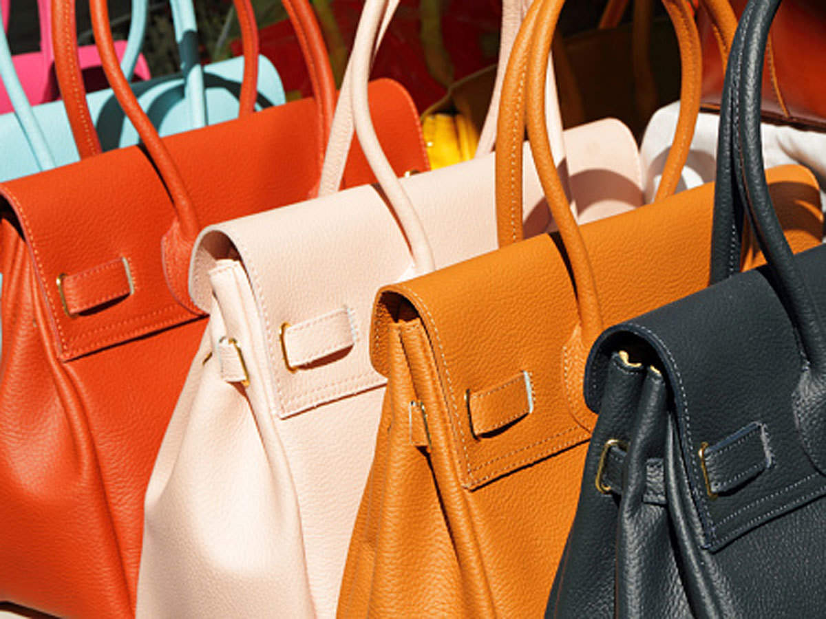 How do women choose bags?