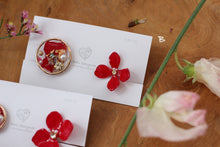 Red Hydrangea and Flower Medallion Earringsイヤリング (Screw-Back Clip-On)