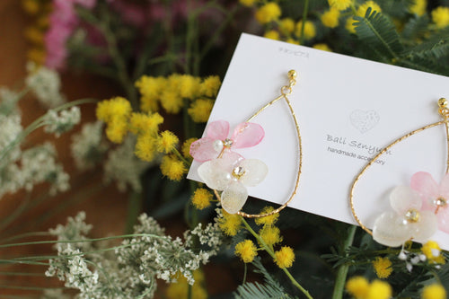 Teardrop Hoop Earrings with White and Light Pink Hydrangeas - Limited item (チタンピアス)