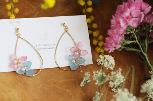Teardrop Hoop Earrings with Pink and Blue Hydrangeas - Limited Item (チタンピアス)