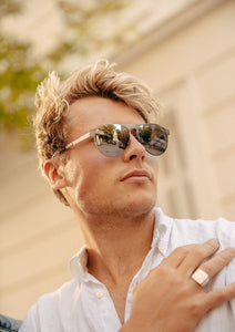 Foldable sunglasses - Scout classic aviator design - Photo on model in greece