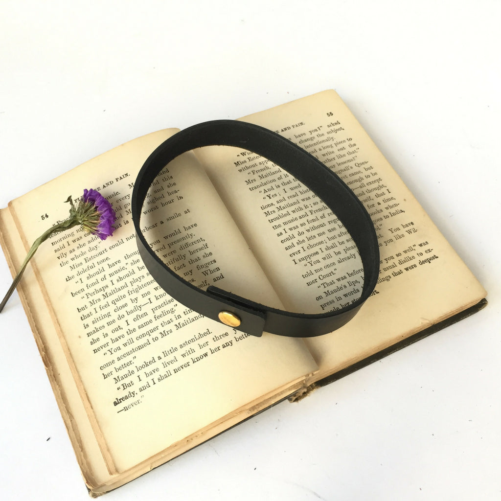 BLACK LEATHER CHOKER WITH SNAP CLOSURE