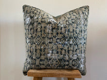 Load image into Gallery viewer, 24x24- Vintage Pillow Cover 31