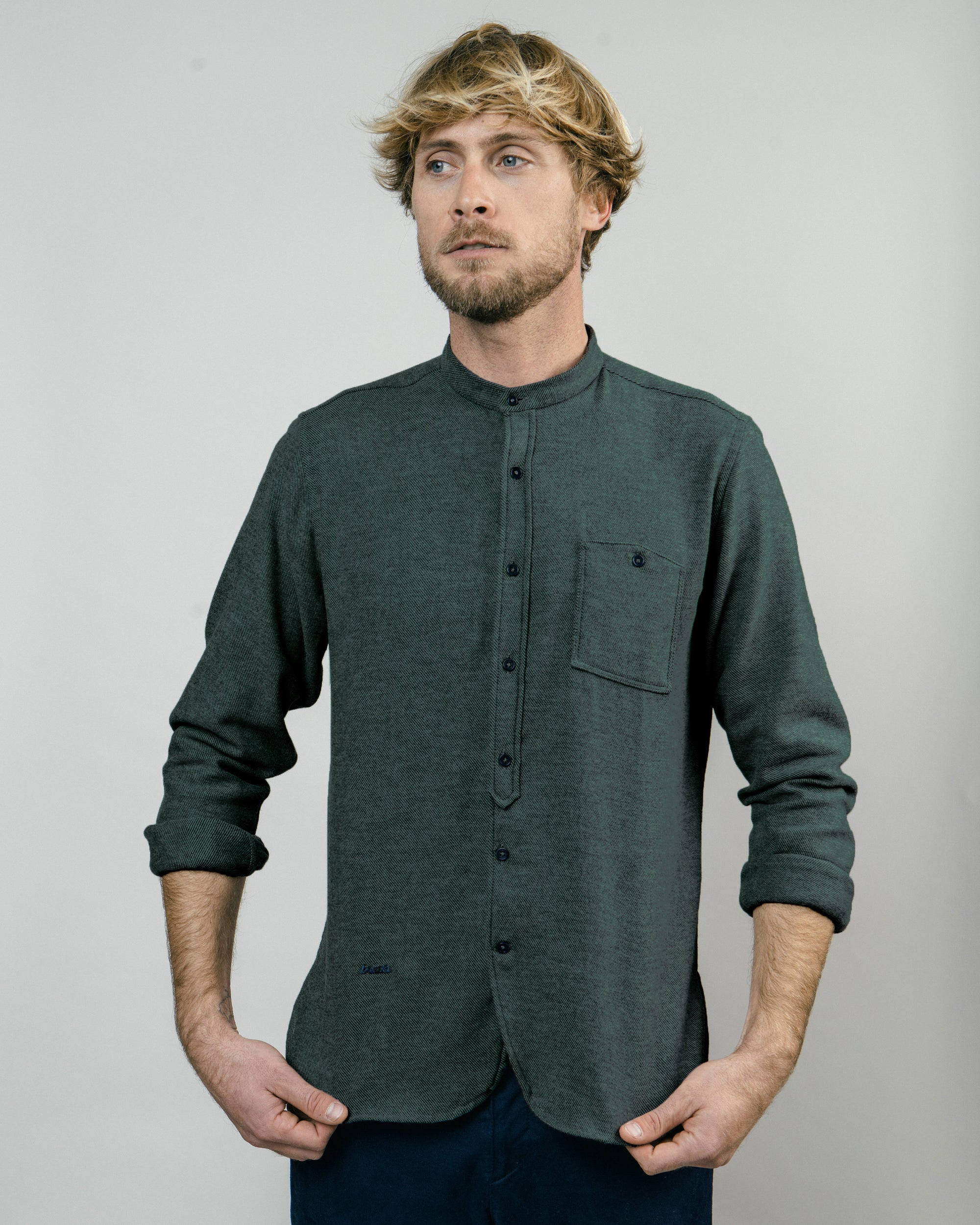 Shop sustainable and fairtrade apparel online. Model Alaska Green Essential Shirt.Official Brava Fabrics store, worldwide express shipping.
