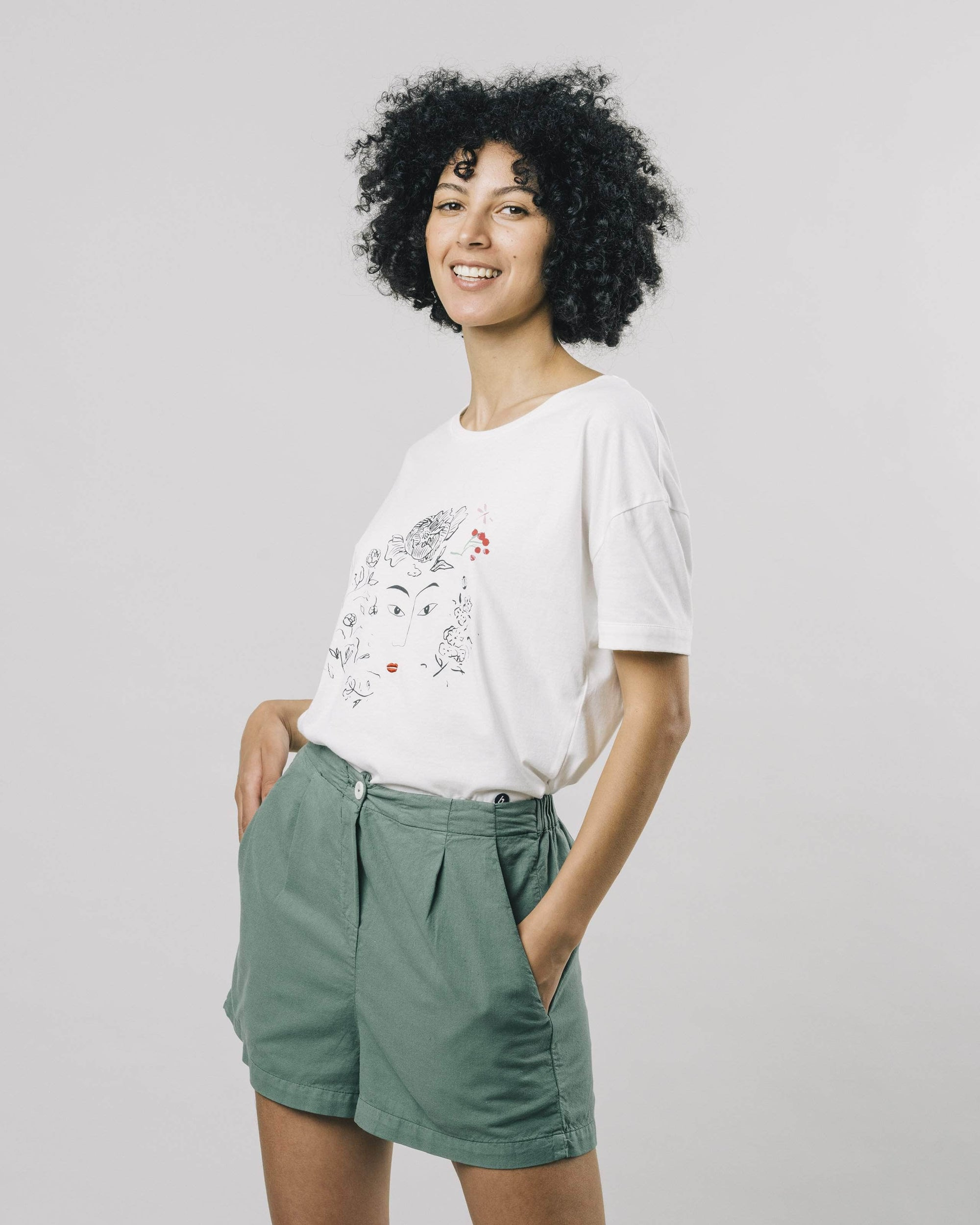 Discover our Flower Face T-Shirt made of Organic Cotton. Find fair & sustainable Oversized T-Shirt for Women by Brava Fabrics, ethically made in Portugal.