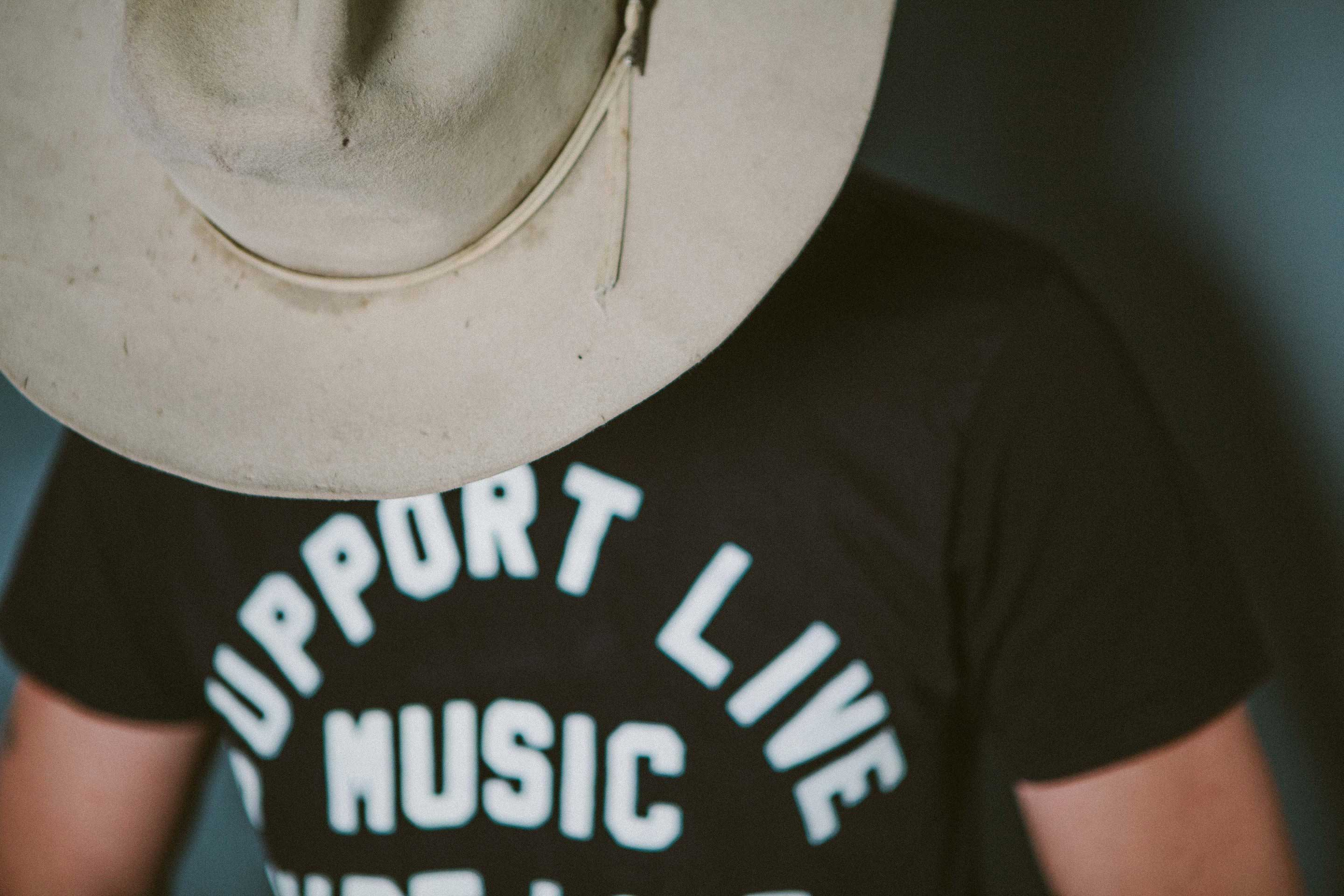 "imogene + willie - the ""support live music"" tee in black"