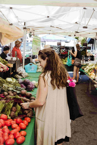 Women shopping in farmers market with sustainable tote