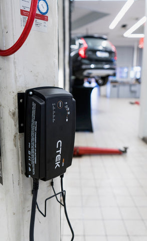 CTEK PRO25S mounted on the wall in an automotive workshop