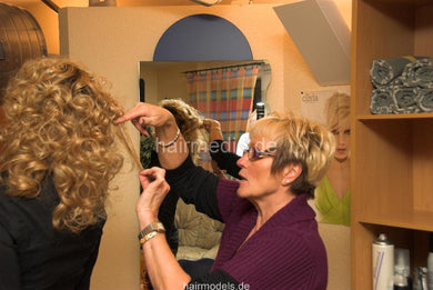 6039 AnetteV wetset blonde curls in hairsalon