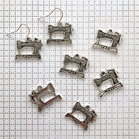 SEWING MACHINE CHARM antique silver