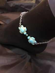 Dyed magnesite sea turtle beads kiss across a glass focal, accented by delicate stainless steel charms on a sturdy stainless steel chain in this rust-resistant anklet that can stay with you throughout all your adventures.