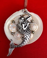 Load image into Gallery viewer, Clam Shell Pendant Necklace Adorned with Pearls
