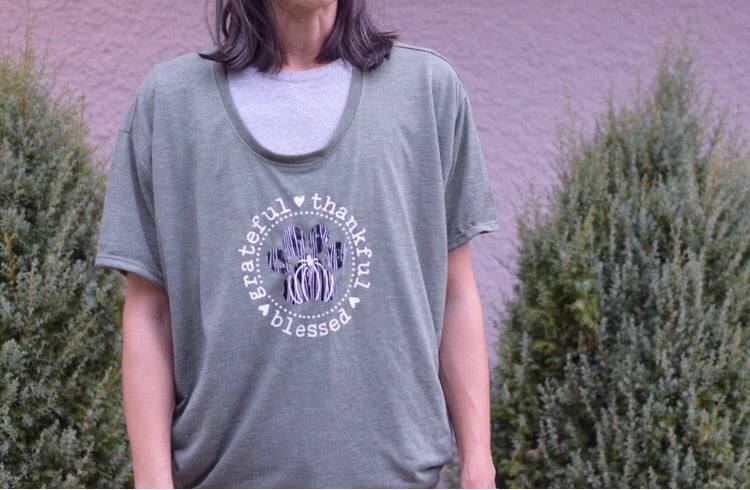 Women's hi/low hem grateful thankful blessed paw print shirt in heathered green