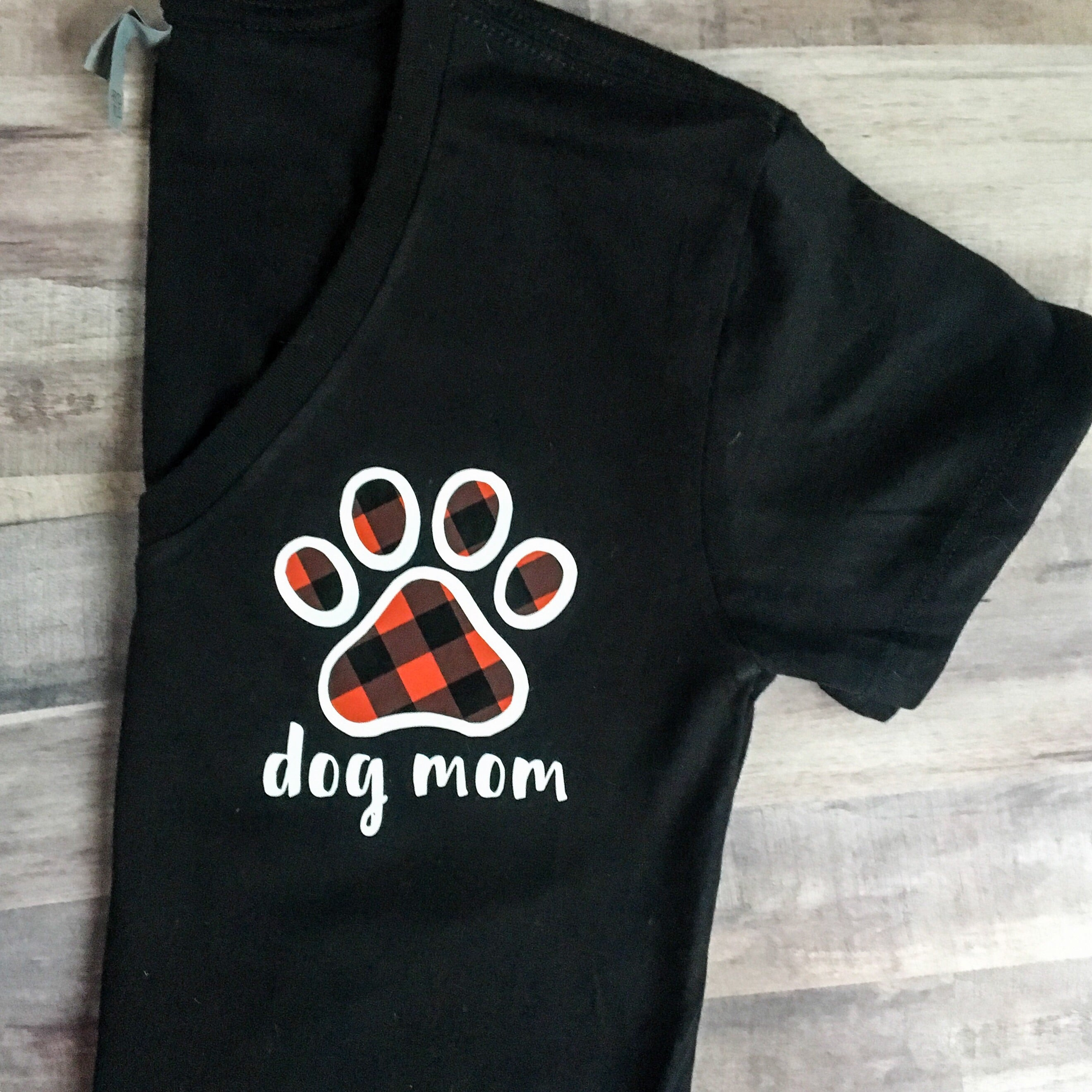 Black relaxed v Buffalo plaid paw Dog mom relaxed fit v neck t shirt