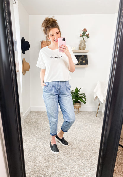 Mom Jeans and Cropped Top Outfit IDea
