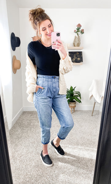 Mom Jeans and Chunky Cardigan Outfit Idea