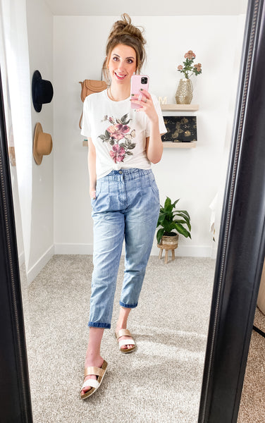 Graphic Tee and Mom Jeans Outfit Idea