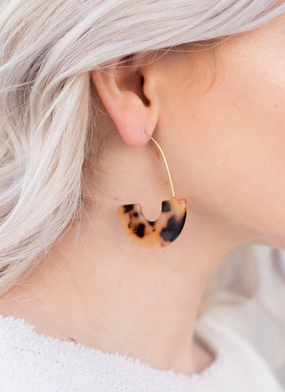 Tortoise acrylic hoop earrings!