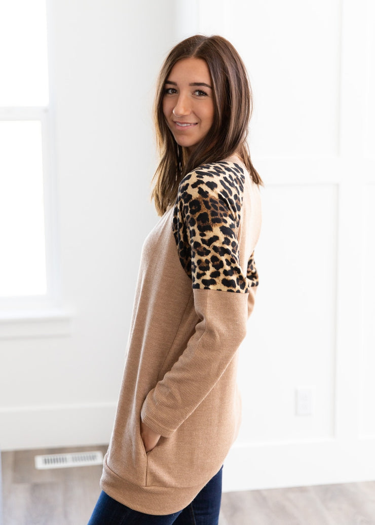 Our tan ribbed, leopard pattern sleeve tunic top is perfect for pairing with skinny jeans and booties like its done here!