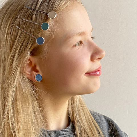 iila jewellery, kierrätysnahkaiset korut ja asusteet. iila pinni, useita eri värejä. Finnish design, käsin valmistettu. iila jewellery, iila hairpins. recycled leather, hand made.