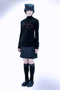 "EMBROIDERED HIGH-NECKED TEE  ""cosmo"" / black"