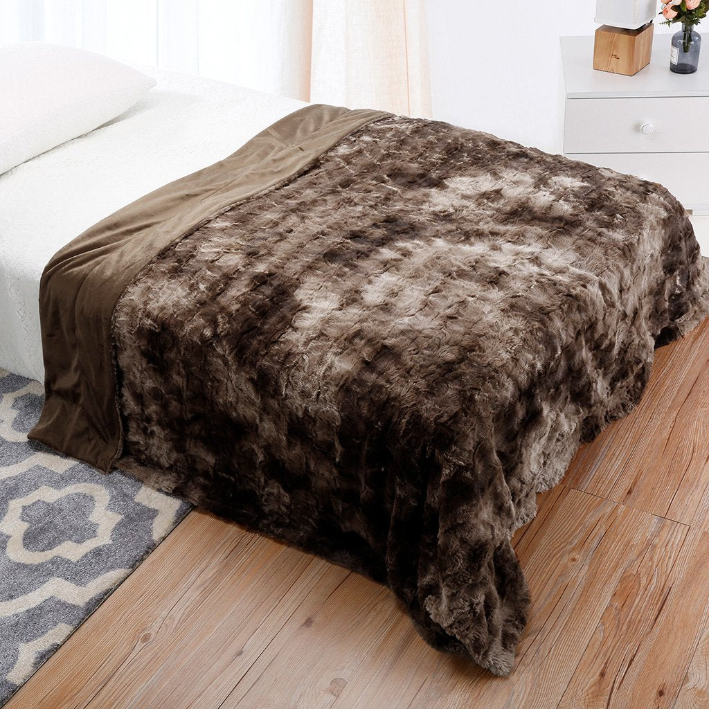 LANGRIA Luxury Super Soft Faux Fur Fleece Throw Blanket Cozy Fluffy Warm  Breathable Lightweight and Machine d584bd684