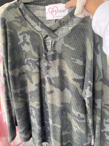 CAMO CRISS CROSS v NECK
