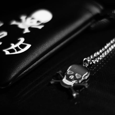 V.O.V SKULL AND CROSSBONES MICRO PENDANT NECKLACE