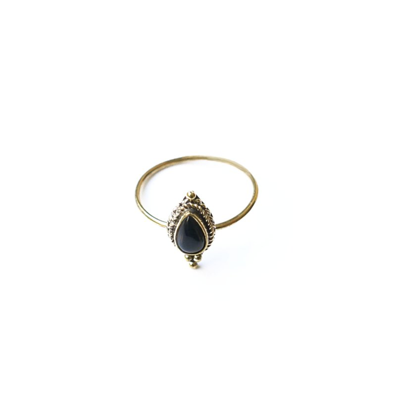 Brass ring with pearshape onyx stone xzota