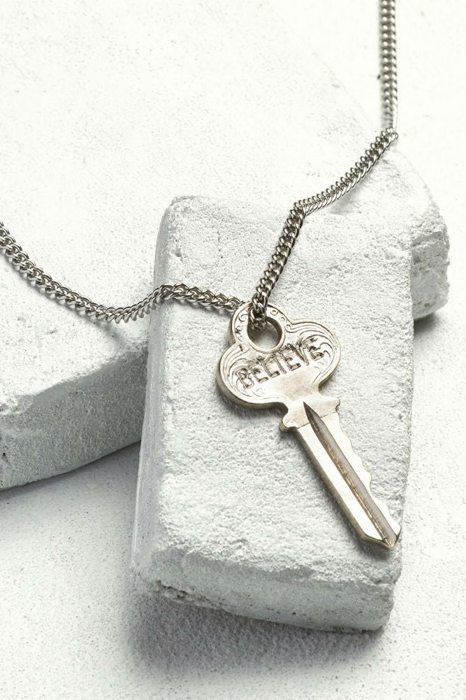 THE GIVING KEYS Classic Key Necklace Believe Silver