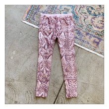 Load image into Gallery viewer, La Vie en Rose (legging)