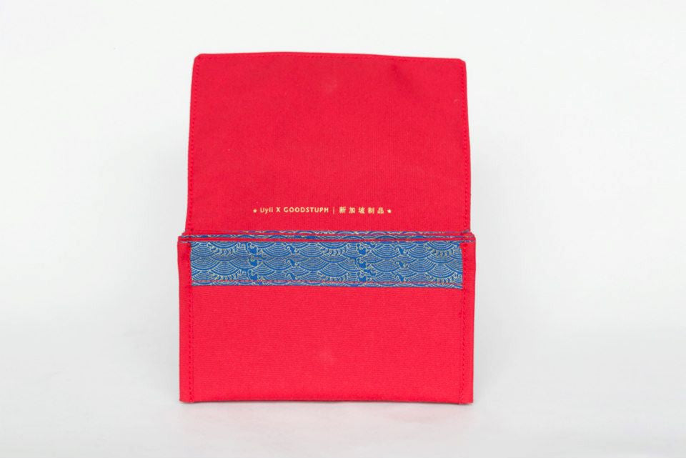 The Pok Gai organiser comes with 3 inner pockets featuring blue silkscreen of water waves to organise your red packets according to value.
