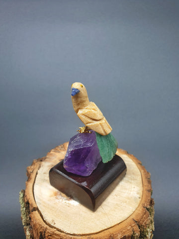 Pequeno Parrot mounted on Amethyst base