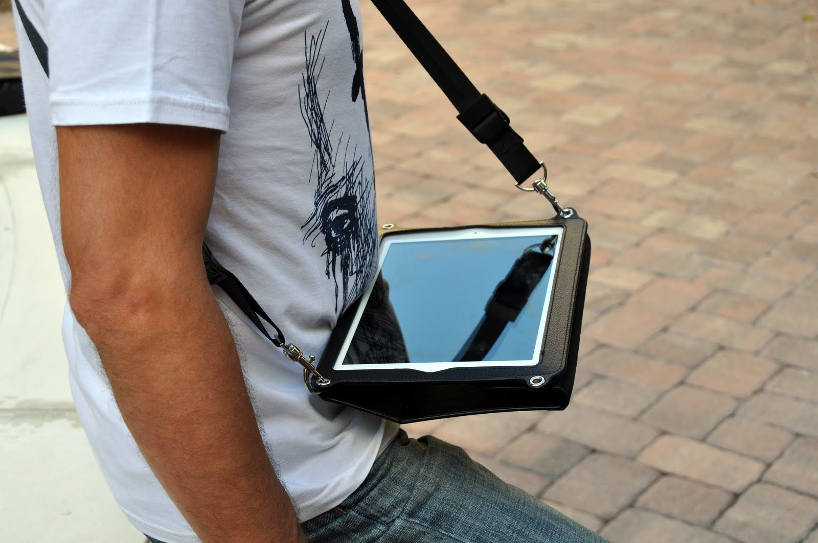 Hands-free iPad case Across in use. Type with both hands.