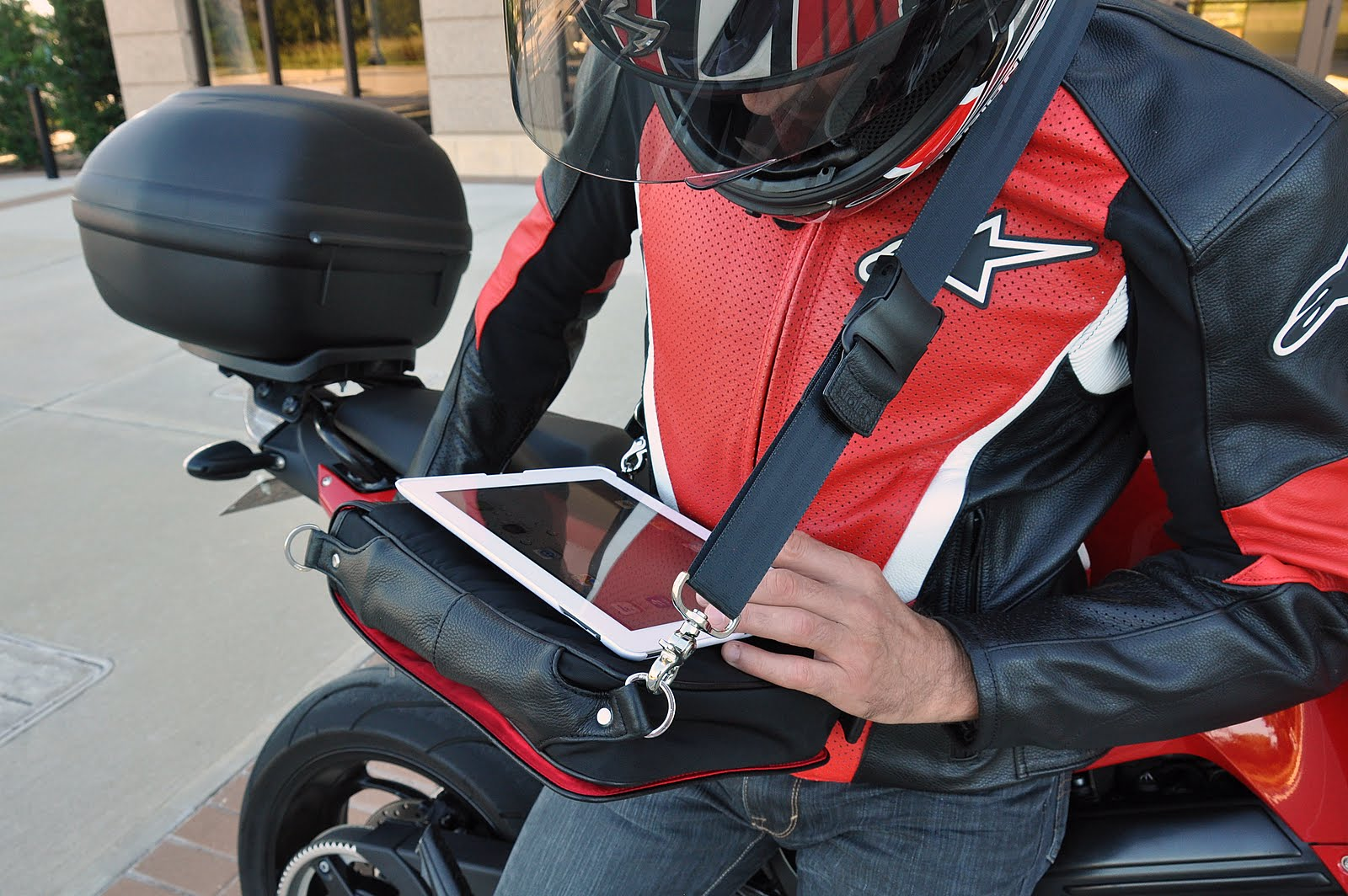 iPad messenger bag Platforma in use - both hands free to type