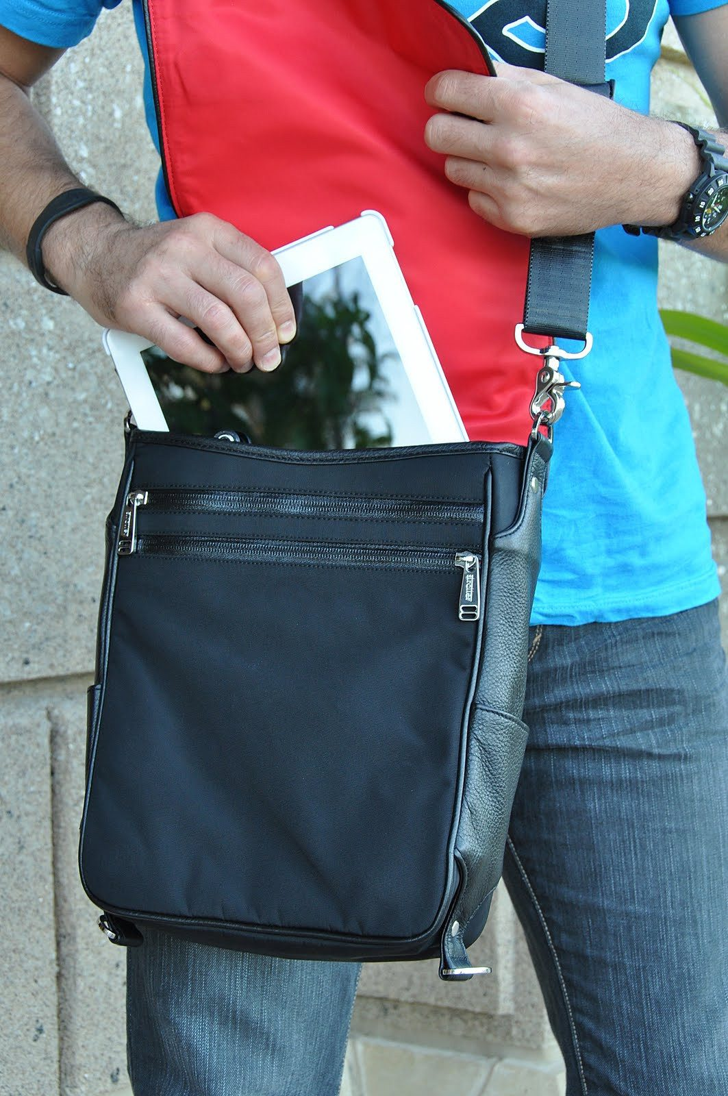 Putting iPad  into Platforma bag.