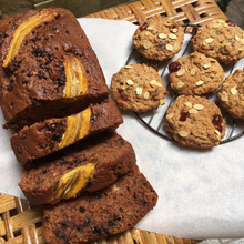 Load image into Gallery viewer, Zoé x ento High Protein Cranberry Oatmeal Cookies (12 pieces x 25g) & Banana Bread (1 loaf x 760g)