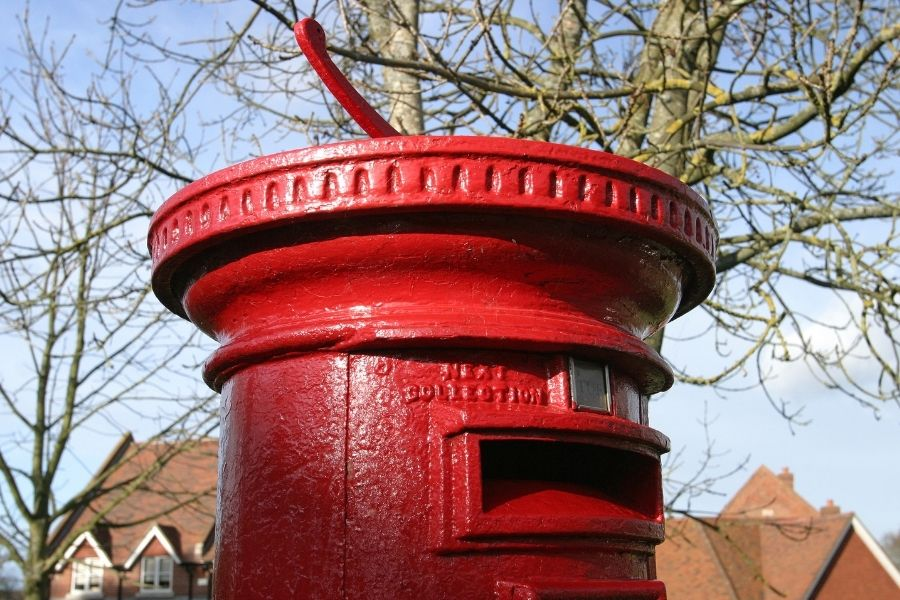 Putting a found wallet in a post box