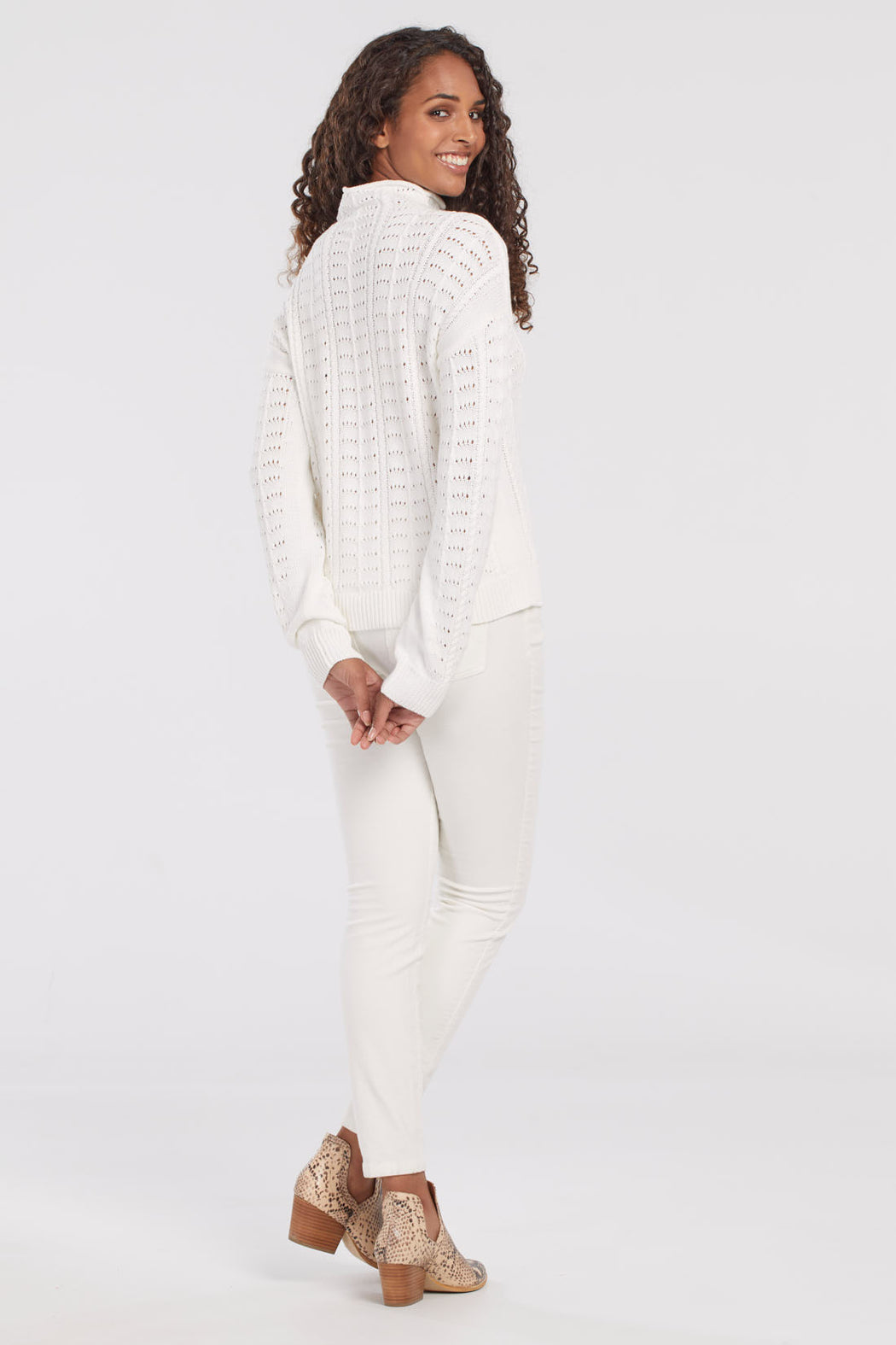 Our 100% cotton long-sleeve sweater combines this classic neckline with a delicate and playful pointelle knit pattern.