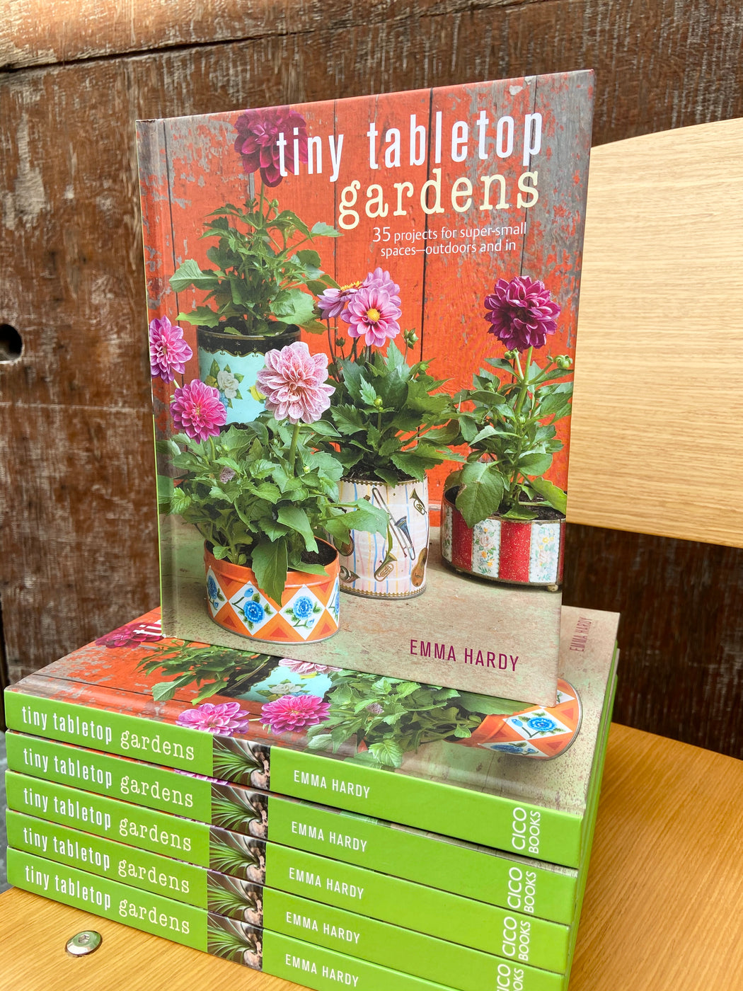 No matter how small your space you will find these 35 projects simple and achievable. There are little ferns under glass domes, edible plants including blueberries and strawberries, bright flowers in vintage tins, and much more, all with step-by-step instructions and helpful planting and aftercare tips from expert gardener Emma Hardy.