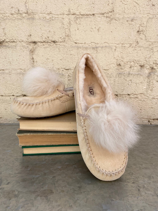 Cream with Dusty Pink accents 100% Suede Dyed Sheep, Fur Origin: United States/United Kingdom/Spain/Ireland/Australia Rubber sole Indoor/ Outdoor Water Resistant Sheepskin pom pom  17MM UGGpure wool lining 17MM UGGpure wool insole