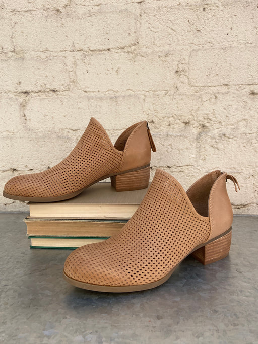 The ultimate transitional-chic style, with a perforated front and versatile stacked heel. This shoe comes in New-Caramel.