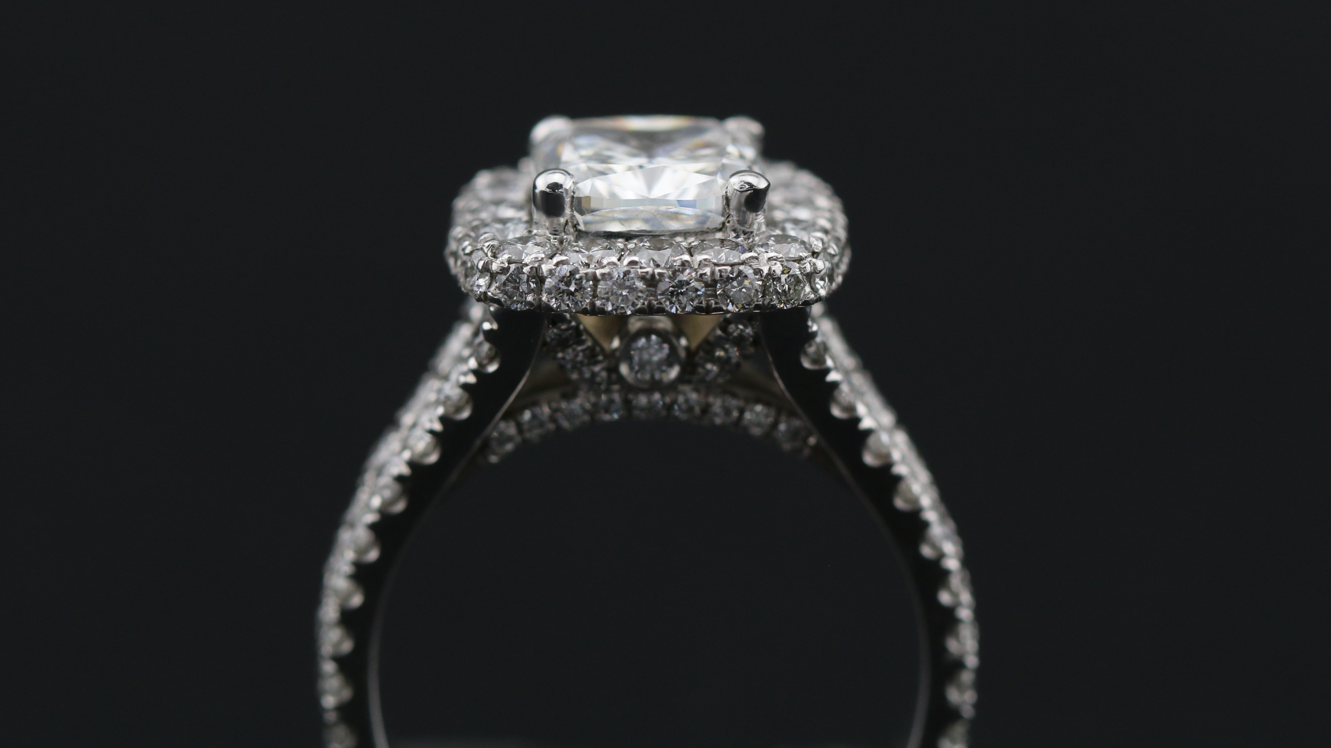 19K White Gold Split Shank 3D Halo Engagement Ring